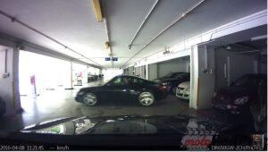 Wypadek Porsche na parkingu