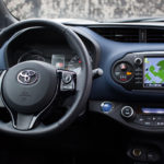 toyota yaris hybrydowa hybrid 2017 selection kierownica ekran nawigacja 1 150x150 Test: Toyota Yaris Hybrid Selection   chłodna kalkulacja?