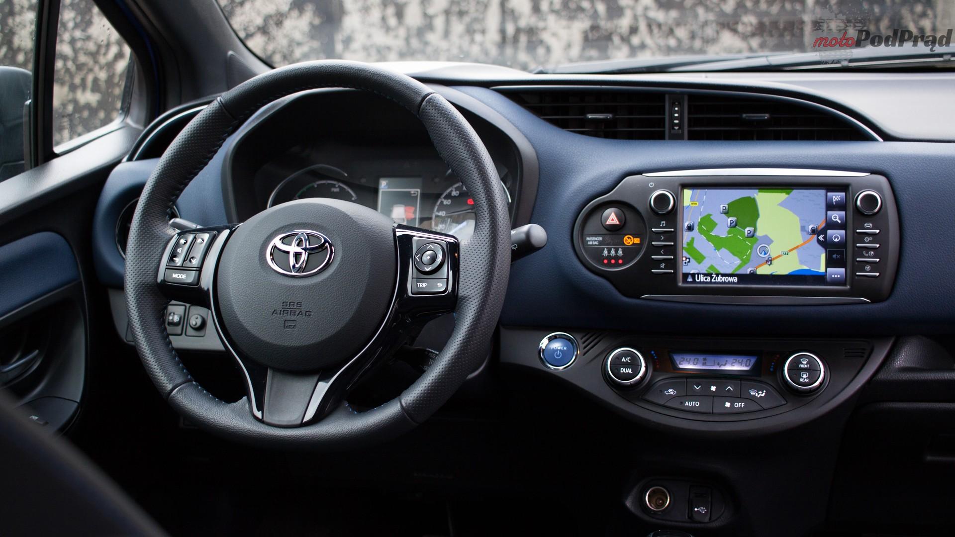 toyota yaris hybrydowa hybrid 2017 selection kierownica ekran nawigacja Test: Toyota Yaris Hybrid Selection   chłodna kalkulacja?