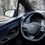 toyota yaris hybrydowa hybrid 2017 selection kierownica kokpit lusterko 150x150 Test: Toyota Yaris Hybrid Selection   chłodna kalkulacja?