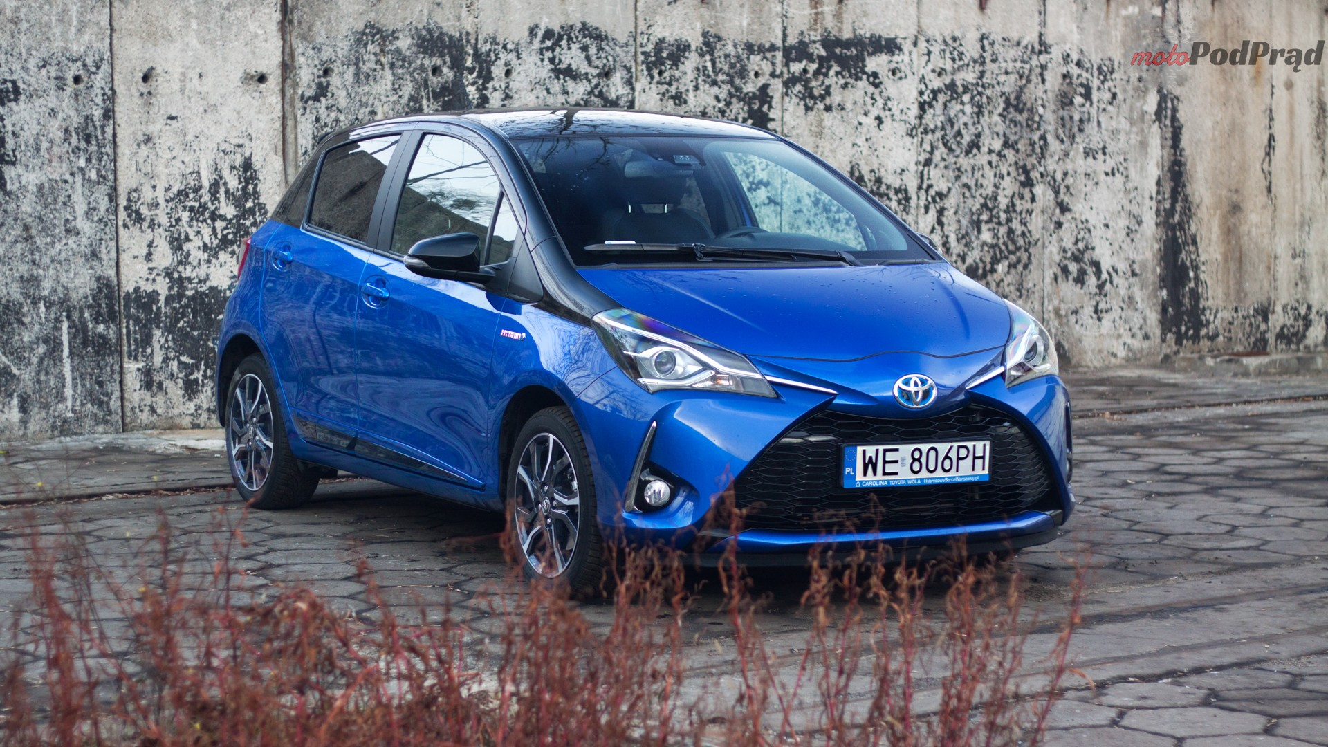 toyota yaris hybrydowa hybrid 2017 selection półprofil maska niebieska bok Test: Toyota Yaris Hybrid Selection   chłodna kalkulacja?