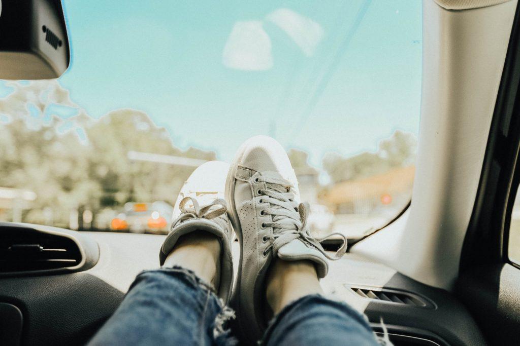 nogi na desce rozdzielczej samochodu 1024x683 Nigdy nie trzymaj nóg na desce rozdzielczej samochodu ani nie wystawiaj ich za okno