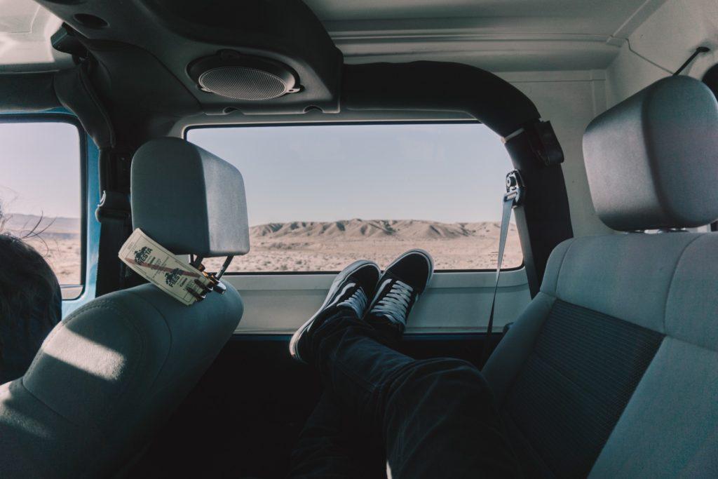 zla pozycja w aucie z tylu 1024x683 Nigdy nie trzymaj nóg na desce rozdzielczej samochodu ani nie wystawiaj ich za okno