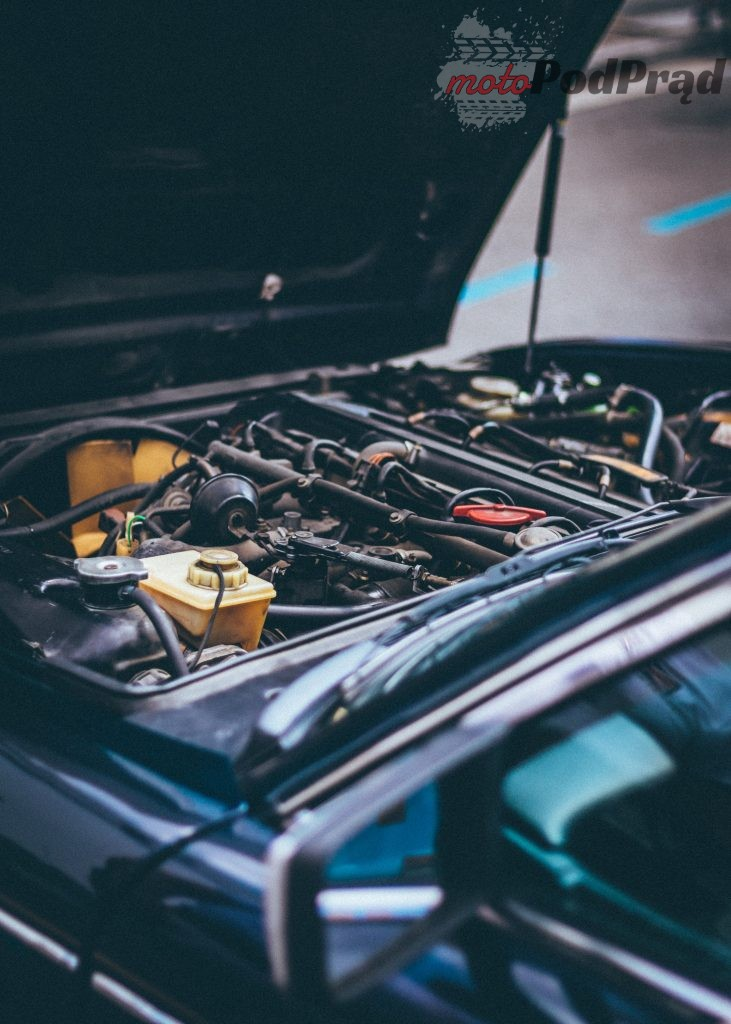 automotive car car engine 1409999 731x1024 Naprawa samochodu, czyli jak radzić sobie z nieplanowanymi wydatkami