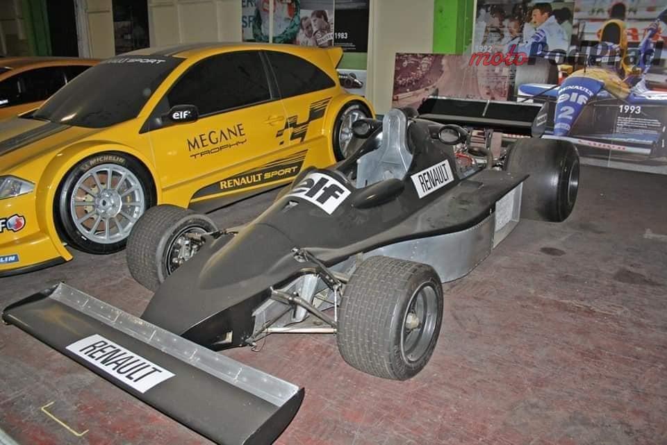 4 4 Tajemniczy garaż zabytkowych Renault