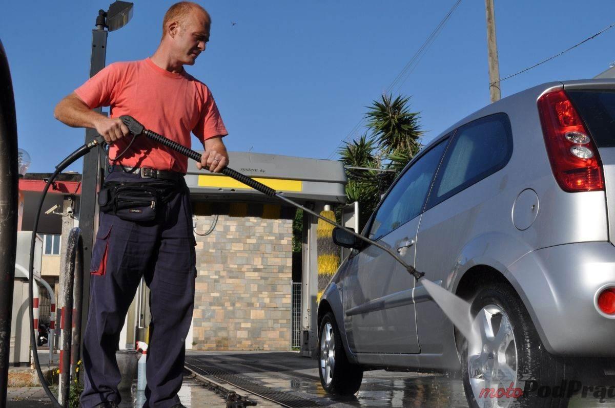 Mycie samochodu lancą ciśnieniową